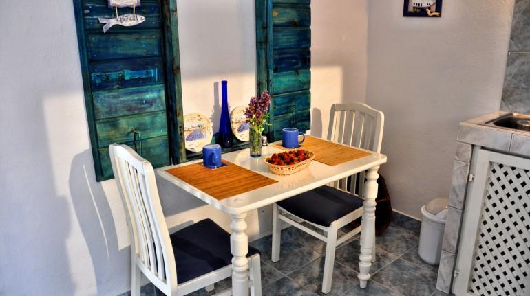 Tavolino con sedie in legno decorato