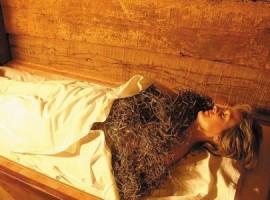 Trattamento corpo con il fieno in una struttura eco