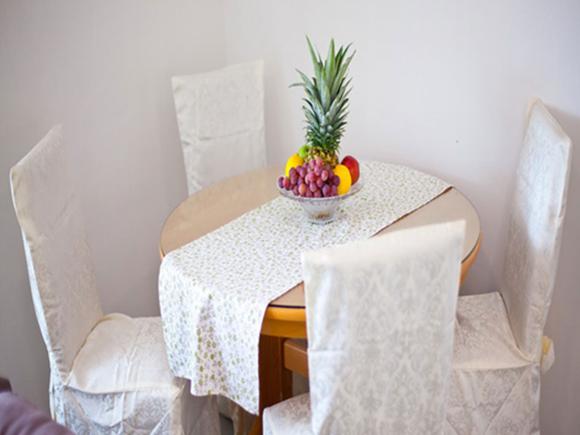 Tavolo con sedie e centro tavola con frutta esotica