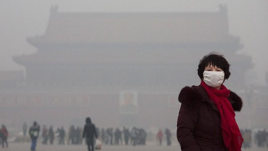 Turista con mascherina a Pechino, città inospitale per lo smog