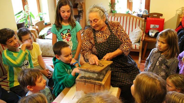 Nonna che gioca con i bambini. Fonte: agriturismo biologico pri Plajerju