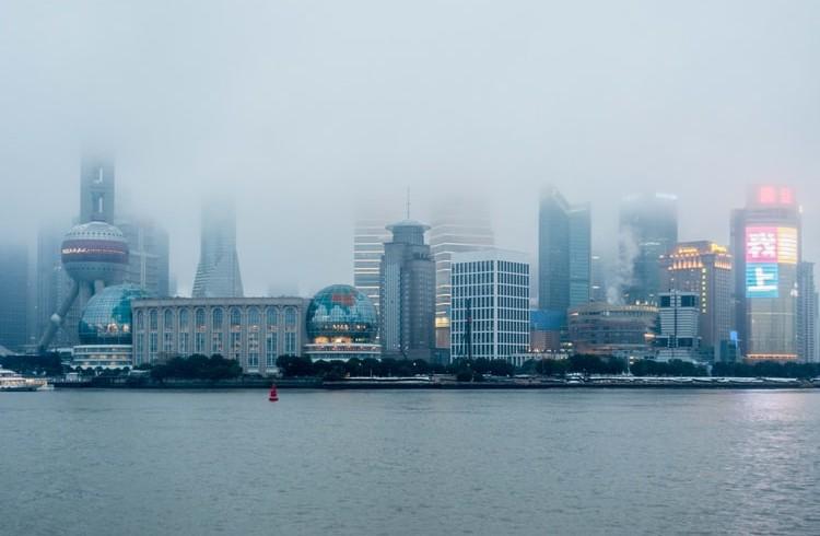 Smog nellinvivibile città di Shanghai