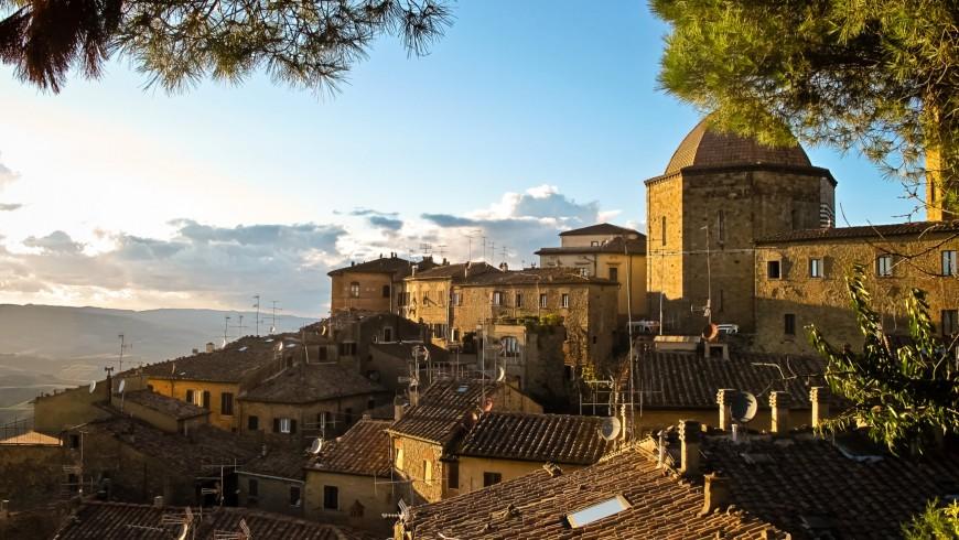 Volterra, bellissimo borgo dall'alto, vicino alla casa sulla quercia del Glamping il sole