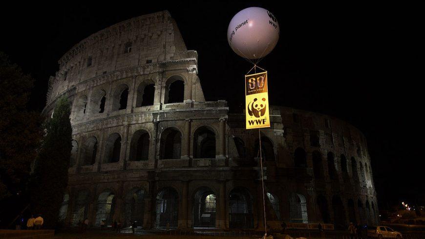 Il Colosseo, a Roma, con le luci spente, durante l'earth hour.