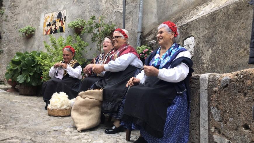 Donne locali a Morano Calabro.