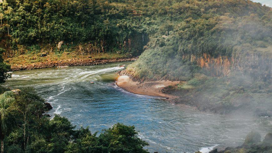 fiume tra le montagne - ecoturismo