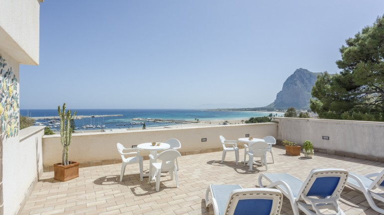 Una terrazza sul mare della Sicilia