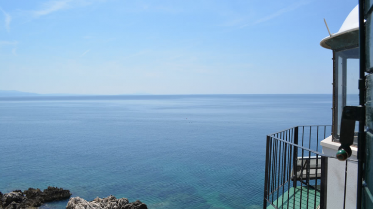 Osservare il mare da un faro