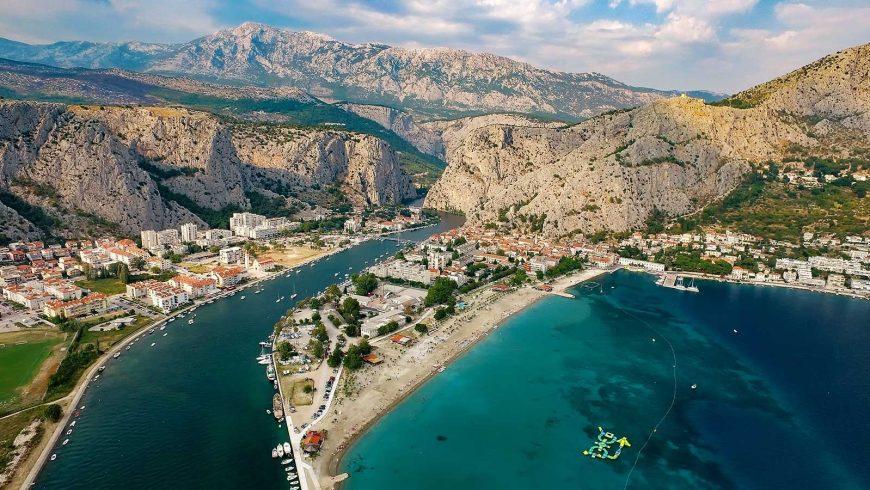 La città di Omiš con il canyon nascosto di Cetina