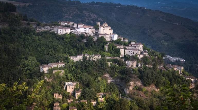 Un castello feudale nel Parco Nazionale del Pollino