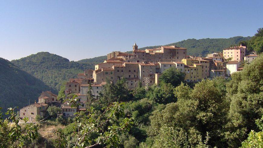 L'antico borgo di Sassetta, circondato dai boschi