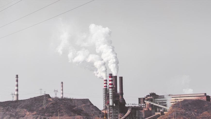 fumo che esce da ciminiera industriale