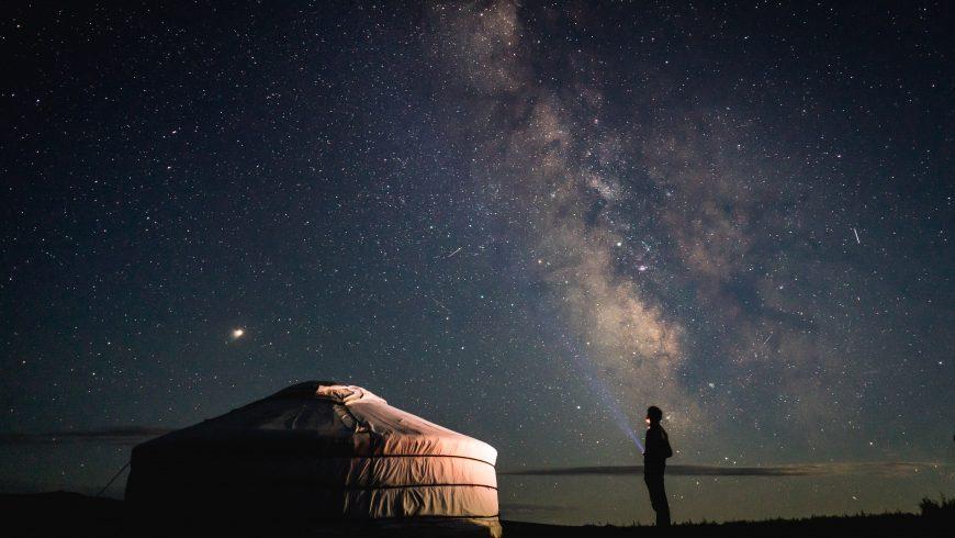 yurta tradizionale sotto al cielo stellato