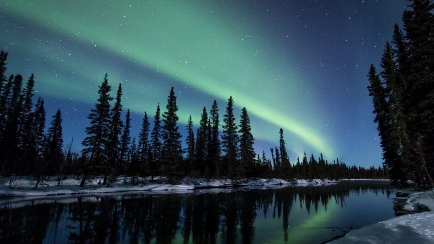 aurora boreale su lago ghiacciato