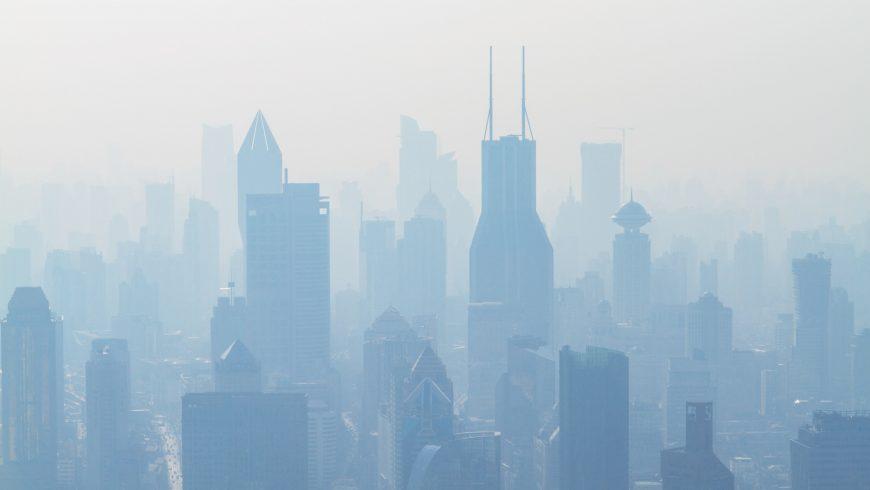veduta aerea di grattacieli ricoperti di smog