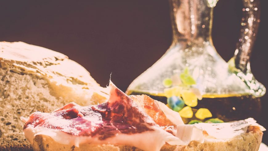 Pane, prosciutto, olio. Niente di più, niente di meno.