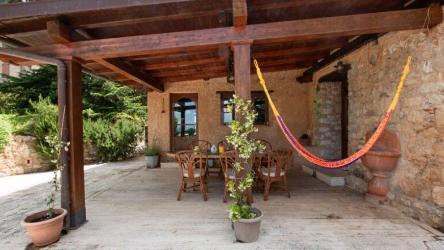 l'amaca e la zona relax di villa lola su ecobnb