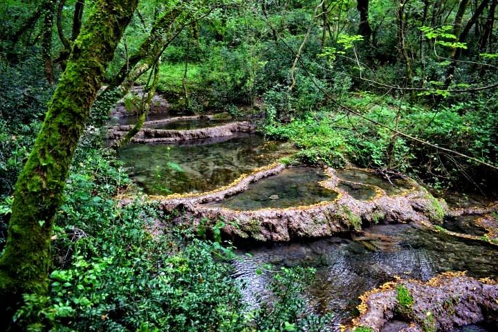 Sorgente d'acqua sul sentiero di Sentona - sorgenti d'acqua naturali Istria