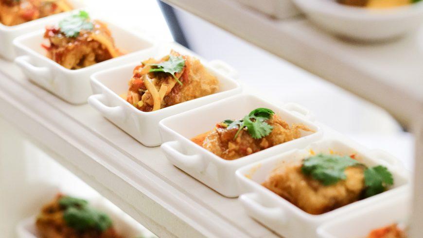 porzioni di cibo monodose in vetro in buffet