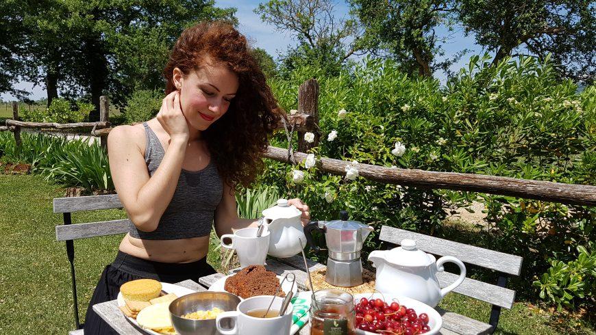 distanziamento sociale, prima colazione in giardino