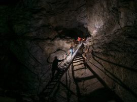 Grotta sotto il castello di Predjama