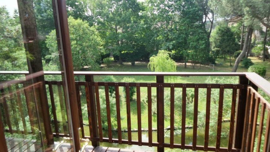 terrazzo di awen tree house su lago