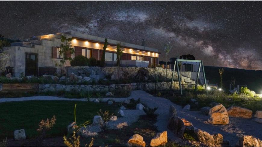 Tenuta lussureggiante Dol Hills a Brač, un luogo lontano dall'inquinamento luminoso dove poter osservare le stelle e fare il bagno di notte in piscina