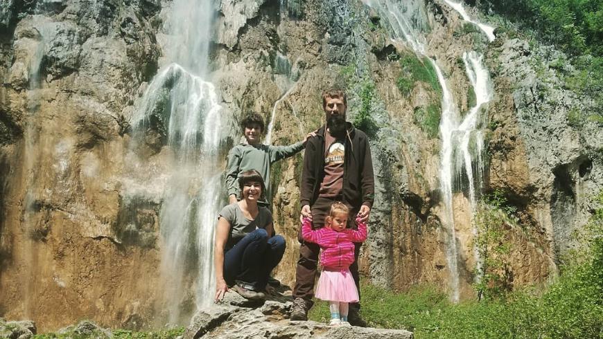 Zrinka e la sua famiglia in visita alle cascate nei dintorni di Na Okić