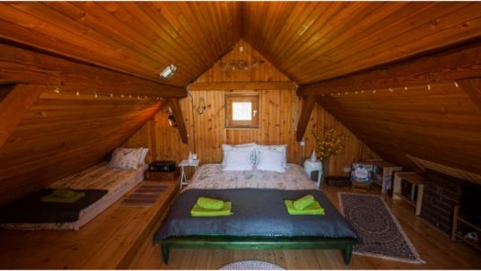 Una casa di legno immersa nella foresta della Croazia