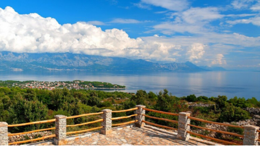 Ranch Visoka: una casa vacanze ecologica con terrazzo e piscina sull'isola di Brač