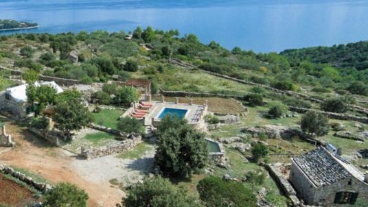 Visita Brač e alloggia in una delle due villette ecologiche e indipendenti del Ranch Visoka