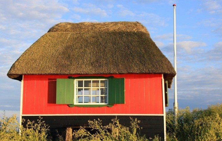 Casa rossa con finestra verde in campagna