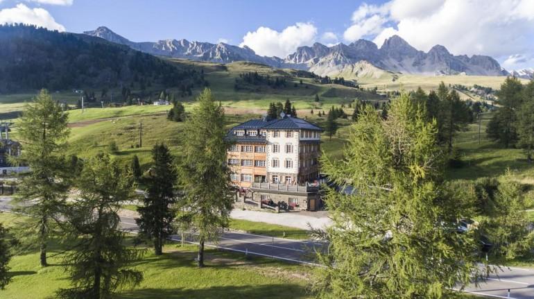 Panorama trentino con l'hotel Costabella San Pellegrino