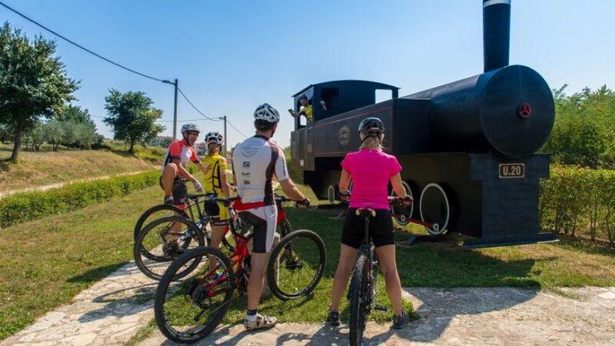 Percorrere la Parenzana in bicicletta e provare l'ebrezza di salire su un vecchio modello di locomotiva
