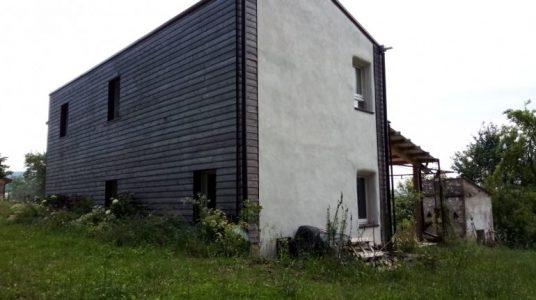 Retro in legno della casa di paglia