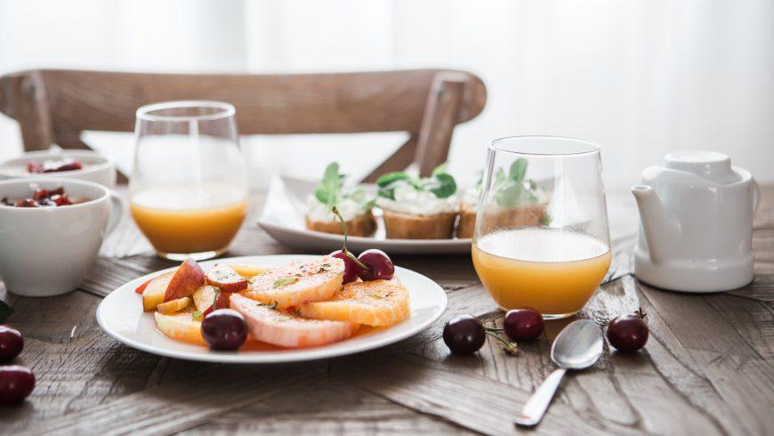 Colazione senza glutine con frutta e succo d'arancia
