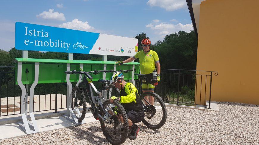 Una e-station per ricaricare la bici elettrica in Istria durante il viaggio green