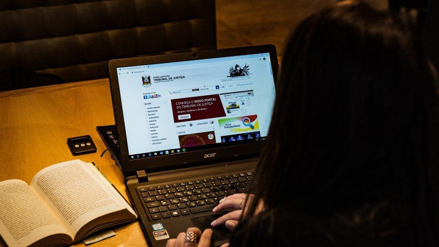 Persona che usa un laptop nero