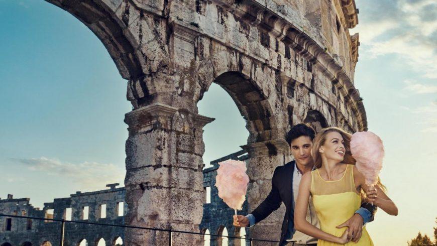Coppia felice all'anfiteatro di Pula