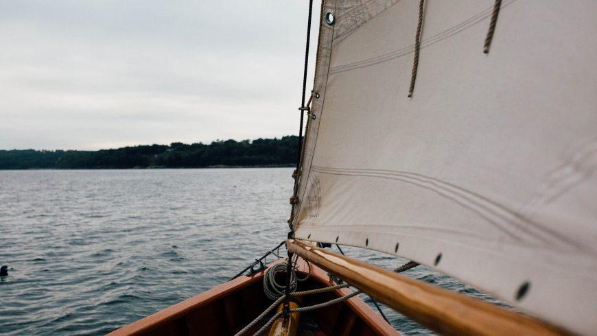 Prua di una barca a vela che naviga sul mare