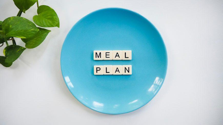 Testo Meal Plan su un piatto