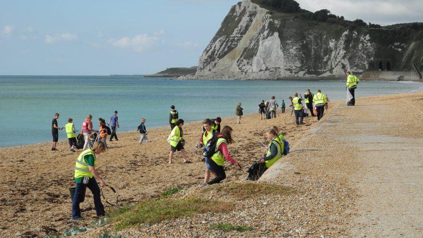 volontari in spiaggia