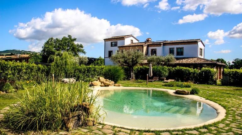 Vista del casale antico con piscina