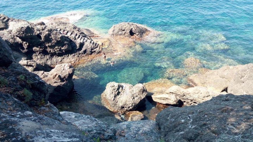 Piscina naturale tra le rocce, lungo la Via del Mare