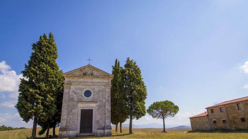 Cappella della Madonna di Vitaleta, tra due file di cipressi