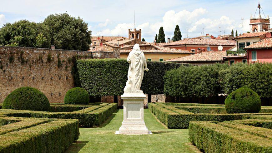 Giardino all'italiana Horti Leonini, a San Quirico d'Orcia. Statua di Cosimo III dei Medici in mezzo alle siepi