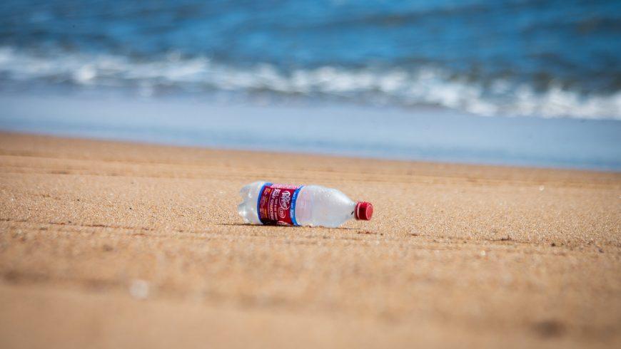 Bottiglia di plastica in una spiaggia