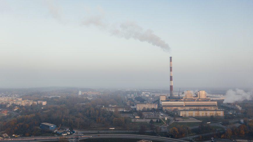 città inquinata dal fumo grigio di una fabbrica