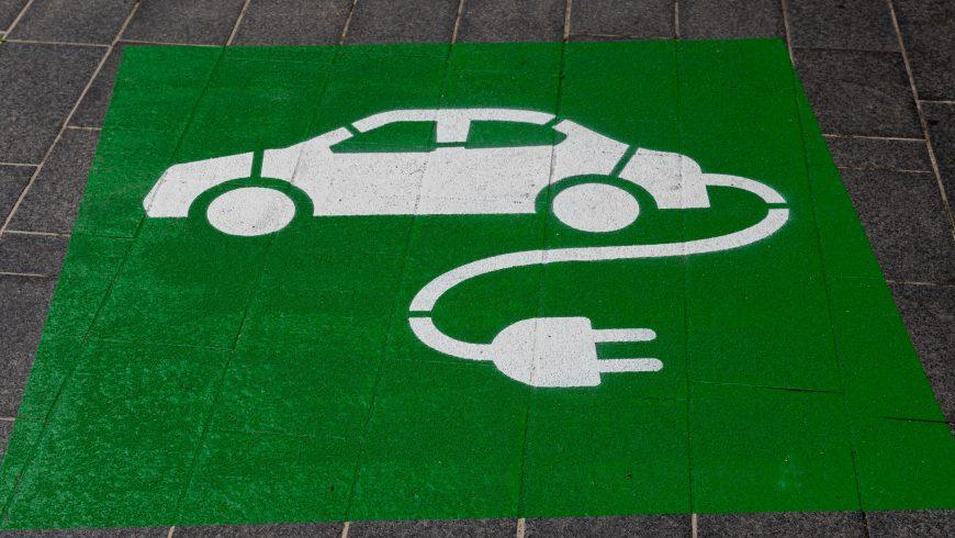 Simbolo di auto elettrica con sfondo verde