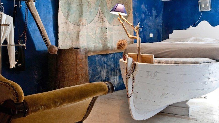 Vecchia barca trasformata in letto all'ecohotel La Mortola, in Liguria